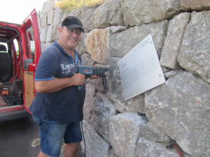Anbringen der Beschilderung an der Trockenmauer